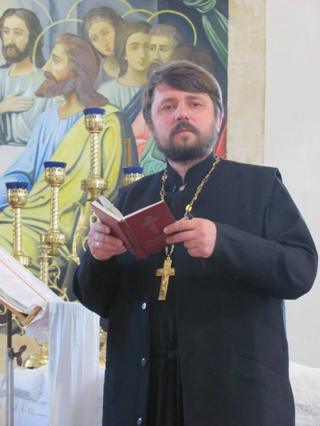 Херсонський священик  постійно їздить на передову не лише з молитвою
