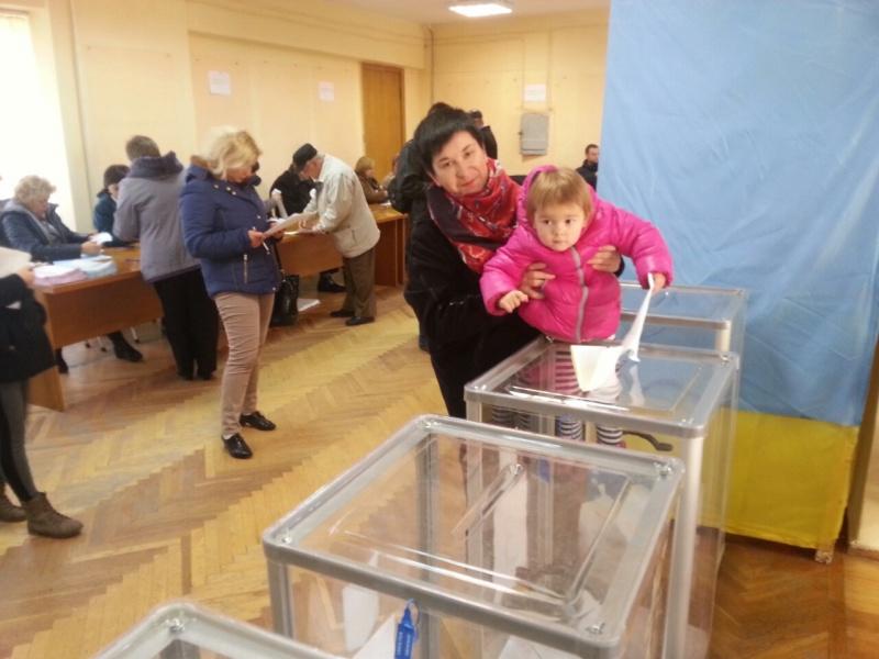 Як голосують тернополяни (фоторепортаж)